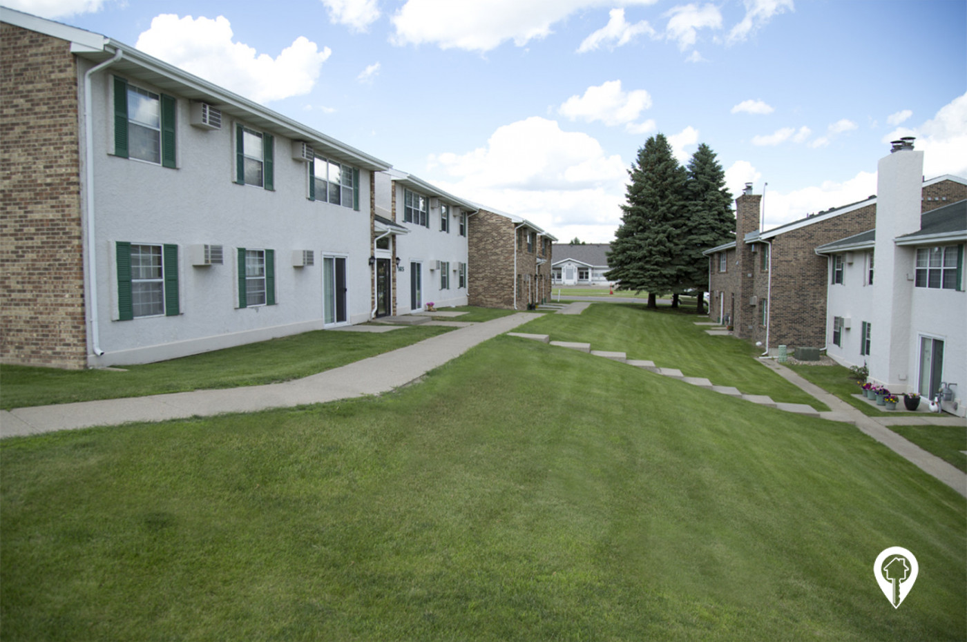Crestview-Apartments-Enjoy-Stroll-Gorgeous-Courtyard